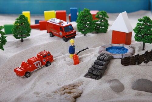 Arena con juguetes para representar la técnica de la caja de arena
