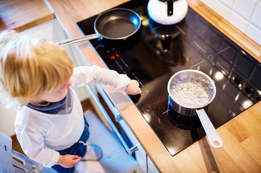 Bebé en la cocina con la vitrocerámica