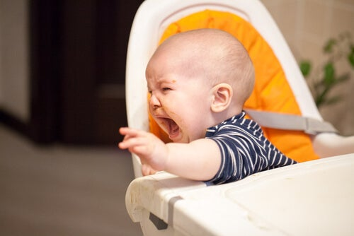 Bebé llorando por comida