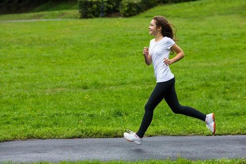 Chica adolescente corriendo