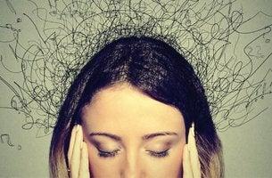 mujer que sufre el impacto de la ansiedad en el cerebro