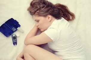 chica acostada en la cama representando los Aspectos psicológicos de la diabetes