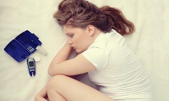 Chica acostada en la cama representando el Día mundial de la diabetes