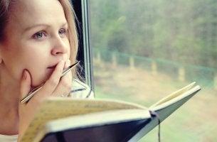 Chica con libreta pensando que las personas inteligentes dudan más