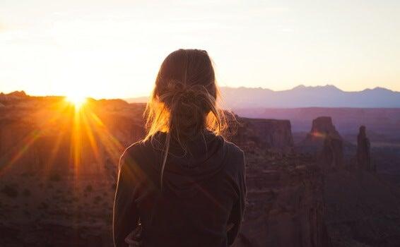 Chica de espaldas mirando paisaje que sufre Introversión con ansiedad de alto funcionamiento