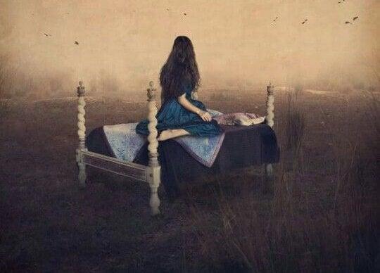 Chica en una cama experimentando sufrimiento emocional no resuelto