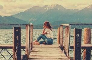 chica en un muelle experimentando las soledades postmodernas
