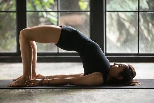 6 posturas de yoga para mejorar la digestión