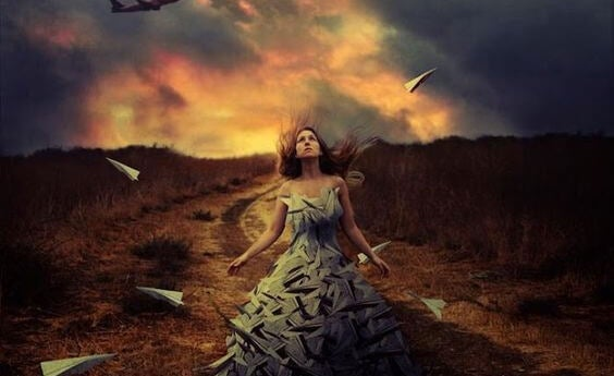 Chica con vestido lleno de aviones de papel experimentando sufrimiento emocional no resuelto