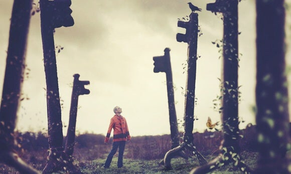 chico rodeado de llaves pensando en los errores que bloquean la conciencia