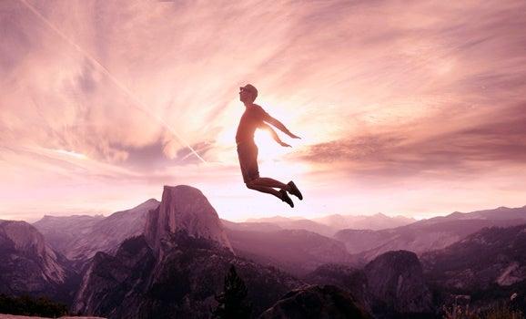 chico saltando para superar la resistencia al cambio