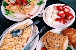 Comida en la mesa para representar los mitos sobre la alimentación