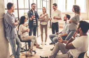 Compañeros de trabajo hablando sobre un ambiente de trabajo saludable