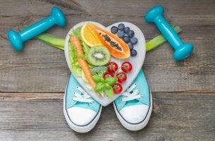 Corazón con alimentos haciendo ejercicio