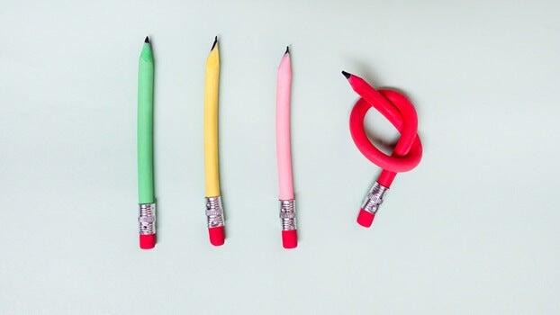 cuatro lápices donde uno está hecho un nudo al simbolizar la introversión con ansiedad de alto funcionamiento