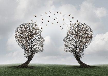 Dos árboles con formas de cabeza
