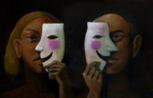 Dos personas con máscaras a la mitad