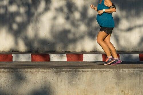 Embarazada haciendo running