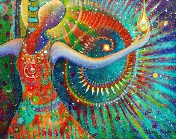 mujer envuelta en colores simbolizando los códigos para vivir