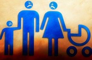 Padres enfrentados simbolizando a la familia invalidante