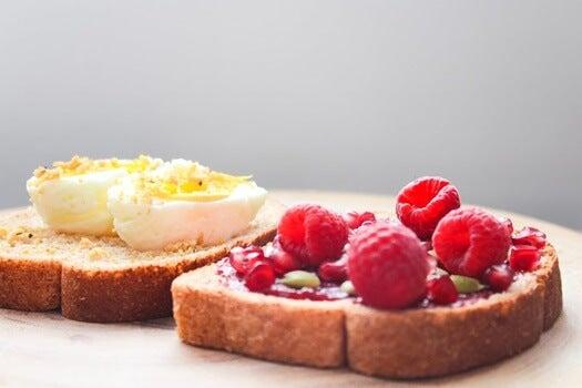 huevos y frambuesas para mejorar el ánimo y energía a través del desayuno