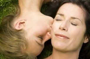 Hija dando un beso a su madre