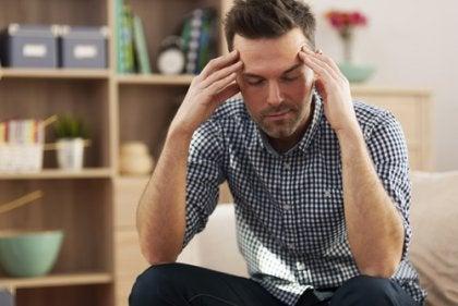 Hombre cansado porque el estrés también cambia nuestra personalidad