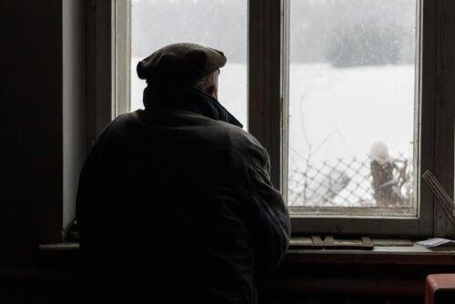 Hombre con alzhéimer mirando por la ventana