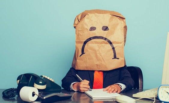 chico con bolsa en la cabeza cansado por sentirse ofendido por todo