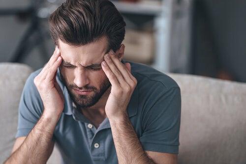Hombre con dolor de cabeza por demasiada testosterona