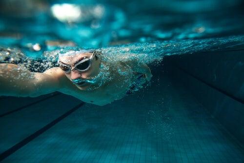 Hombre con gafas practicando natación
