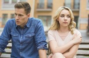 Hombre posesivo y controlador enfadado con su pareja