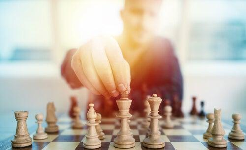 Hombre jugando al ajedrez