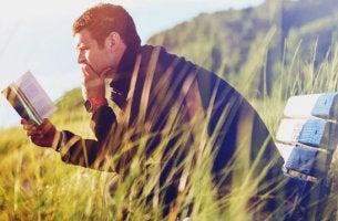 Hombre leyendo la literatura y la poesía para superar la depresión