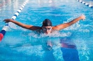 Hombre nadando a estilo mariposa