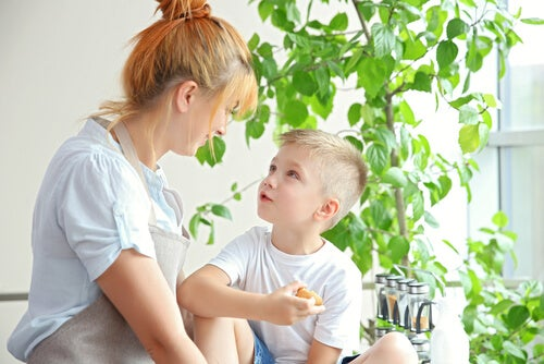 Madre hablando con su hijo sobre su nueva pareja