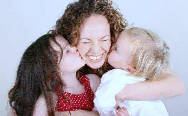 mamá con sus hijos simbolizando la amabilidad