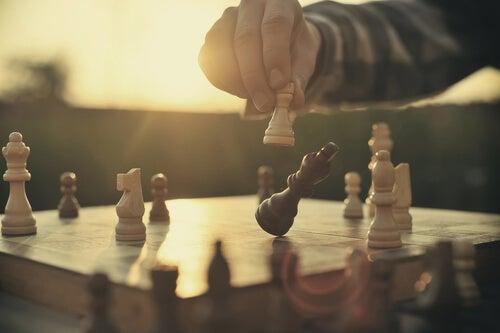 Mano con pieza de ajedrez
