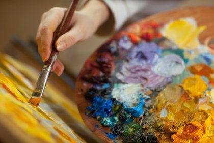 Mano con pincel pintando al oleo
