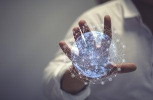Mano con una bola del mundo digital para representar a la sociedad de la información