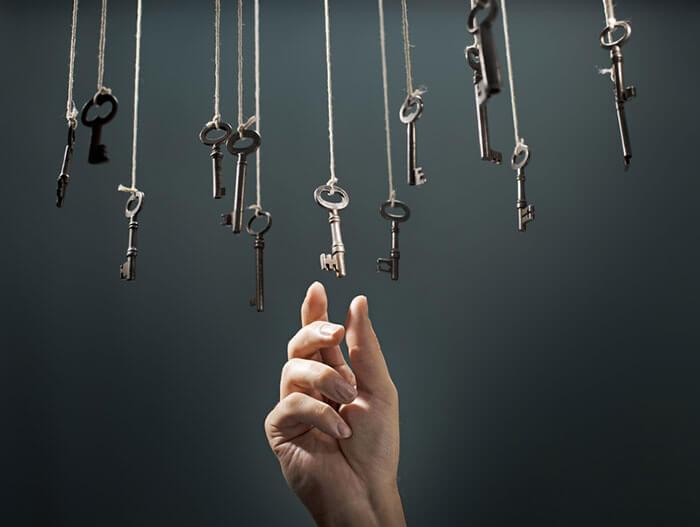 mano cogiendo llaves simbolizando el pensamiento intuitivo