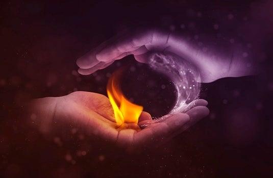 manos conteniendo fuego simbolizando las dificultades psicológicas que generan problemas de pareja