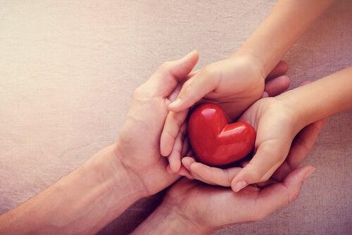 manos con corazón simbolizando las teorías de Ludwig Binswanger