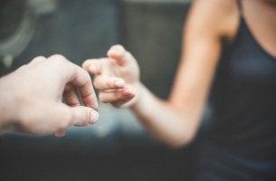 manos simbolizando cómo reconciliarse después de una gran discusión