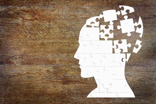 Mente con piezas de puzzle