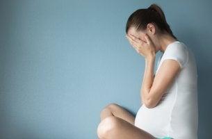 Mujer agotada por estrés en el embarazo