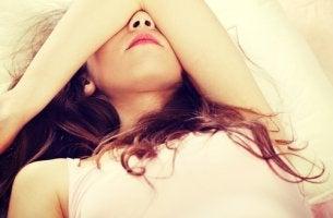 Mujer cansada pensando en los hábitos que arruinan su descanso