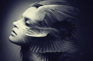mujer con alas en el rostro pensando que el miedo nunca va a desaparecer