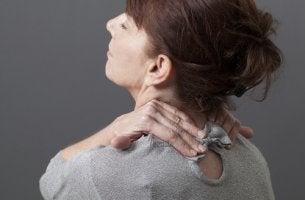 Mujer con dolor de cervicales