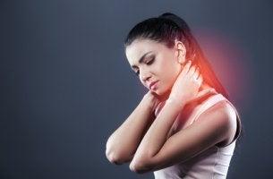 Mujer con dolor de cuello por latigazo cervical
